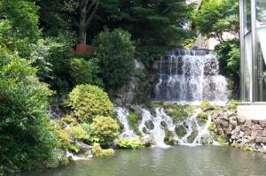 tokyo-chinzanso-waterfall-a